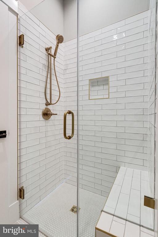 Full Shower - 223 BATTLE ST SW, VIENNA