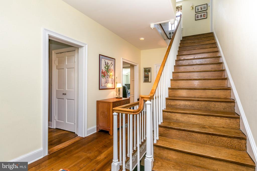CENTER HALL ENTRANCE W/RADOM WIDTH FLRS & 1/2 BATH - 1009 WINDING WAY, BALTIMORE