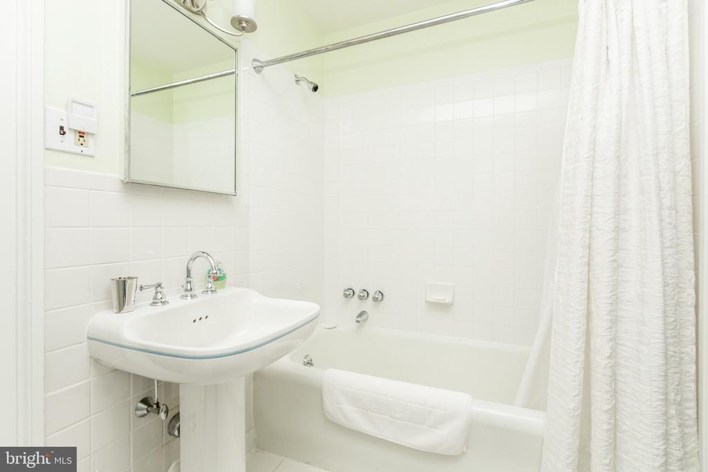 CONNECTING BATH BETW 2ND & 3RD BEDROOMS TUB/SHOWER - 1009 WINDING WAY, BALTIMORE
