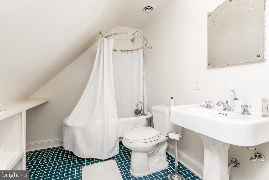 3RD FLOOR FULL BATH W/ TUB/SHOWER - 1009 WINDING WAY, BALTIMORE
