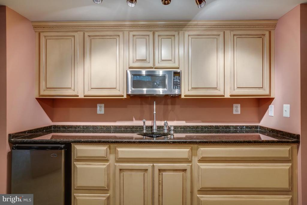Wet Bar with Fridge & Microwave - 43671 MINK MEADOWS ST, CHANTILLY