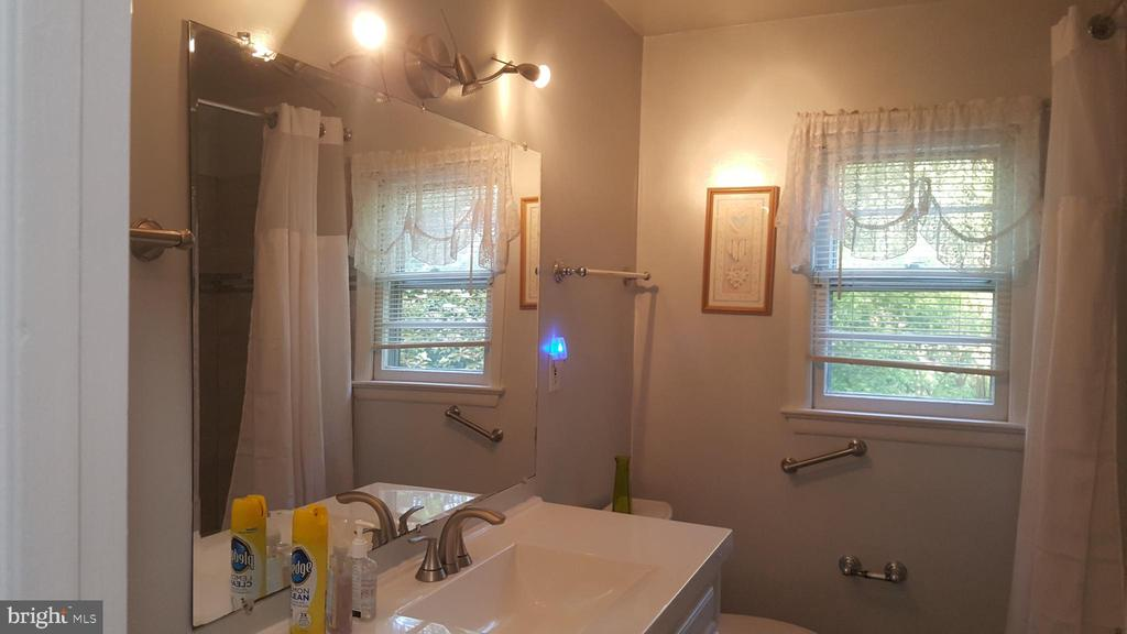 Spacious upper level bath with full tub - 6216 STONEHAM RD, BETHESDA