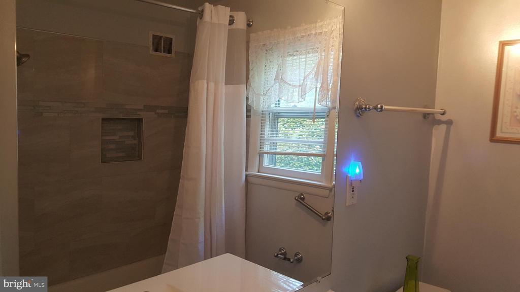 Updated bathroom - 6216 STONEHAM RD, BETHESDA