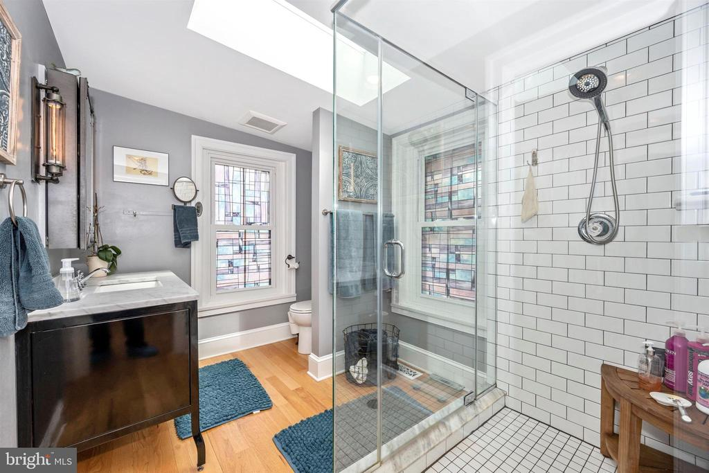 Large Master Bath offers sunlight & subway tile - 18 N WISNER ST, FREDERICK