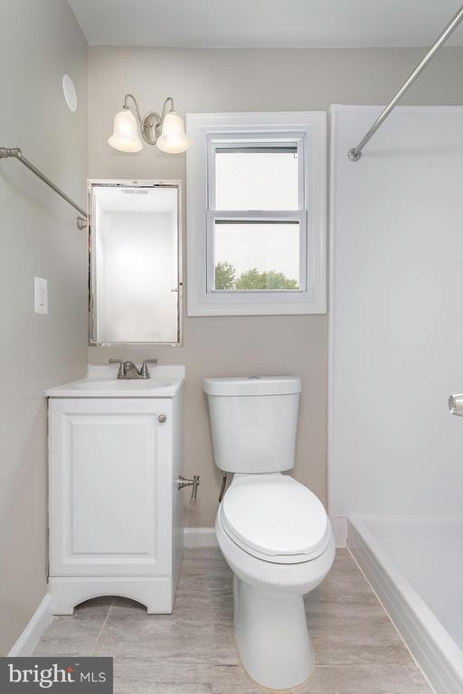 Upstairs Bathroom - 5362 HAYES ST NE, WASHINGTON