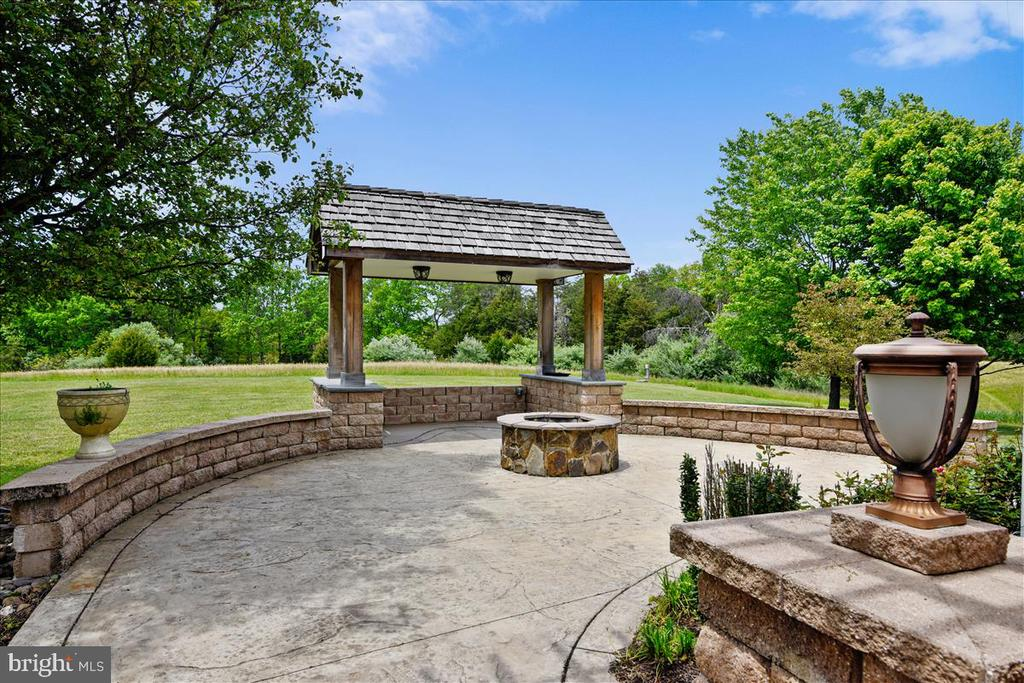 Peaceful space opens to surrounding fields - 2040 SALEM CHURCH RD, STEPHENS CITY