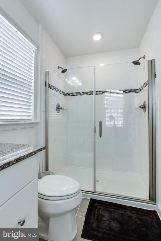 Upgraded roman shower with frameless glass door - 4846 HITESHOW DR, FREDERICK