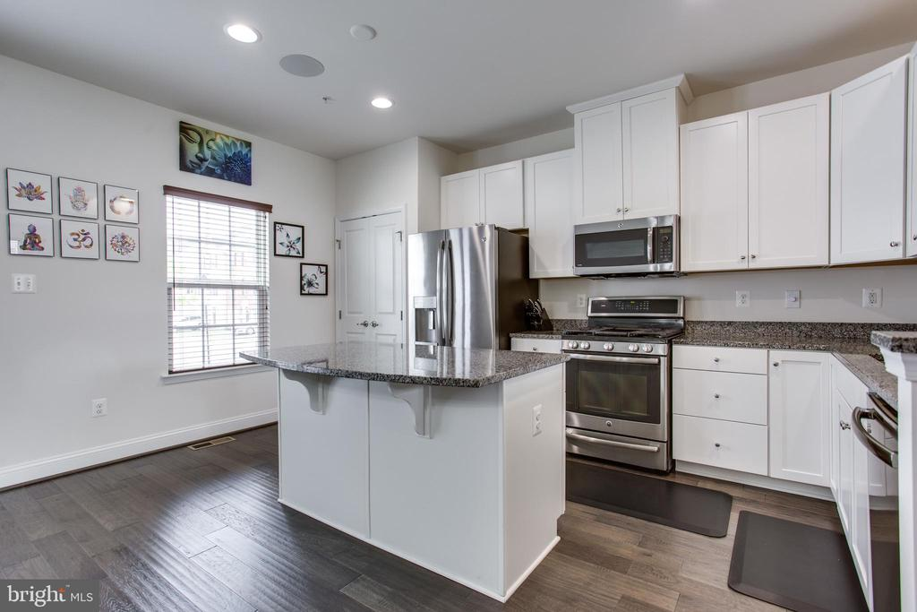 Upgraded gourmet kitchen w/pantry & granite - 4846 HITESHOW DR, FREDERICK
