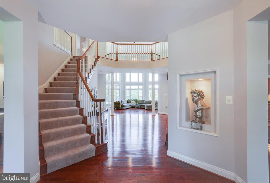 Curved stairway in two story foyer - 17072 SILVER CHARM PL, LEESBURG