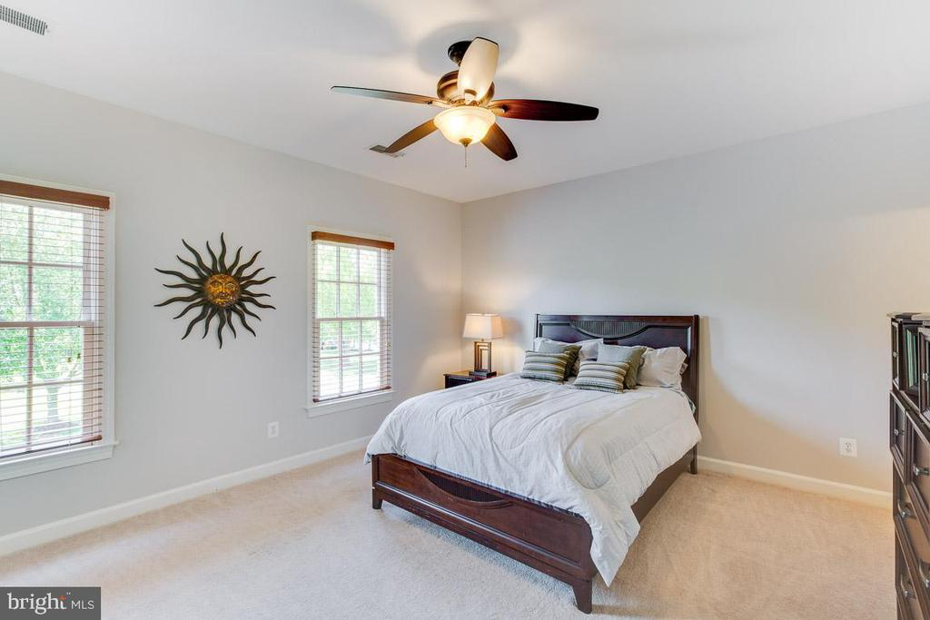 Spacious bedroom with private bathroom - 17072 SILVER CHARM PL, LEESBURG