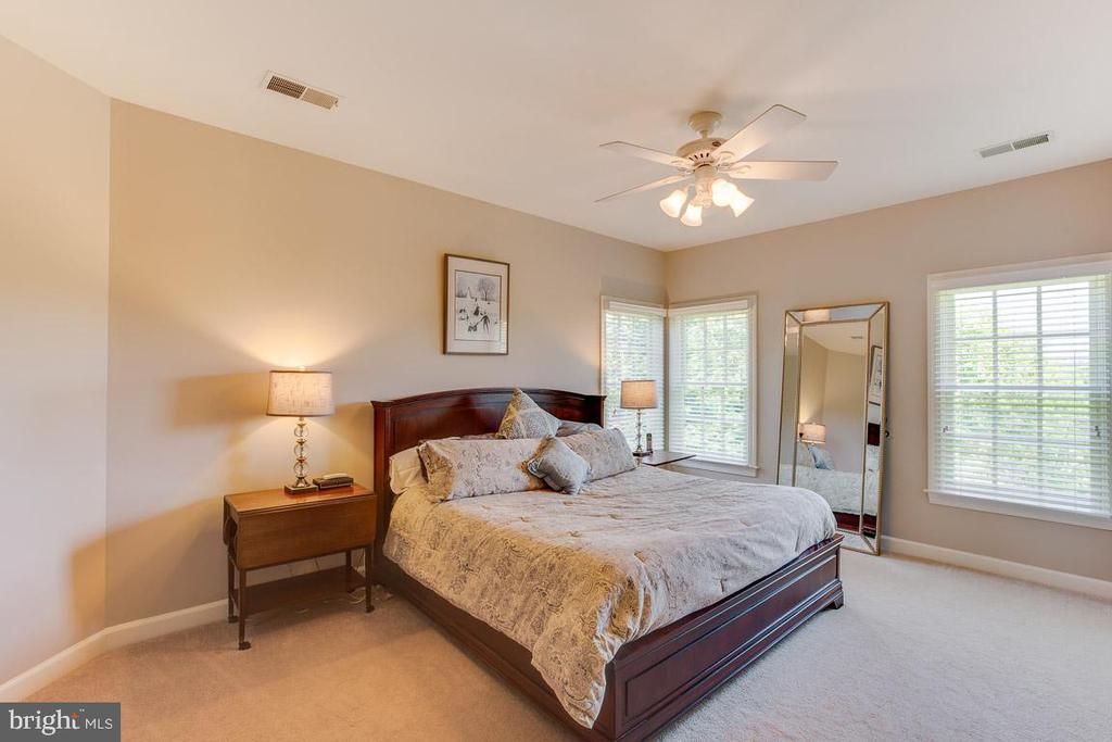 Large bedroom with private bathroom - 17072 SILVER CHARM PL, LEESBURG