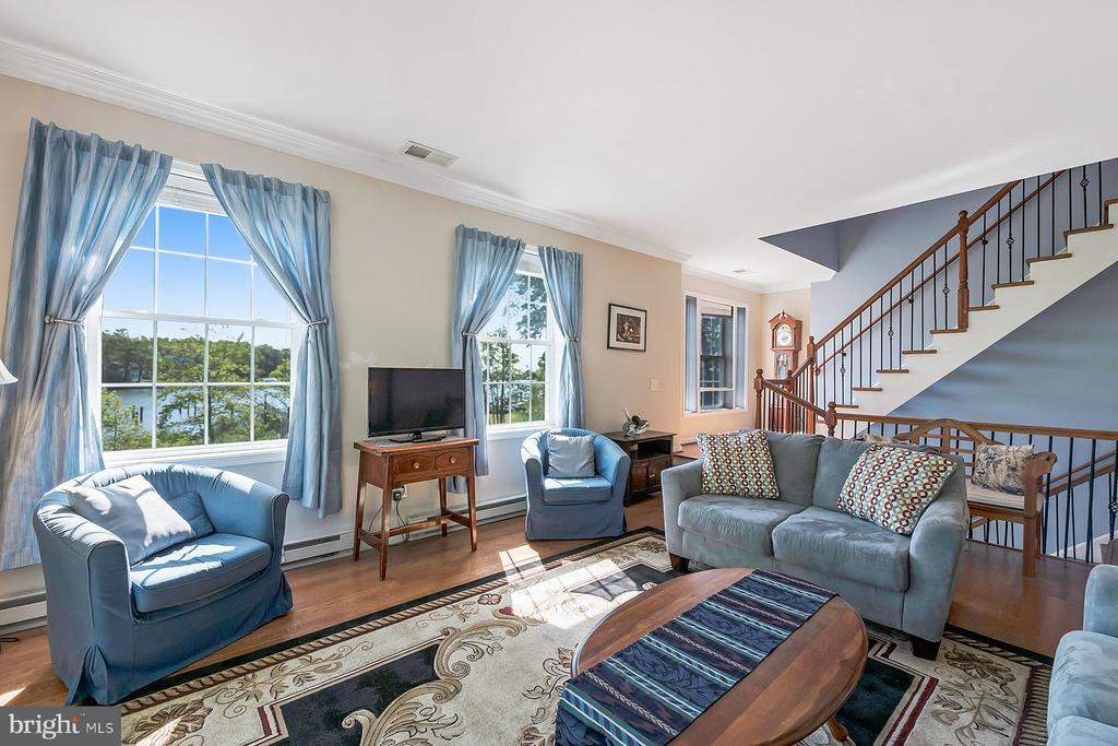 Beautiful living room -- elegant yet comfortable - 1218 WASHINGTON DR, ANNAPOLIS