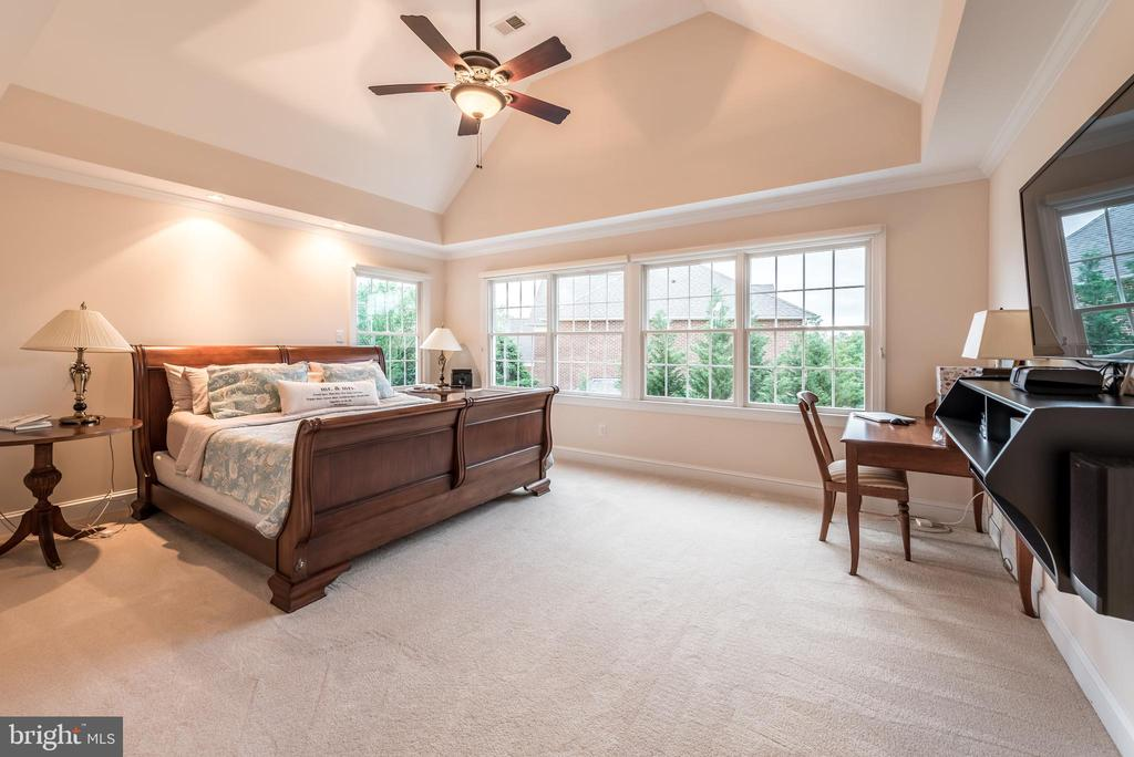 Master bedroom with vaulted ceiling - 15609 RYDER CUP DR, HAYMARKET