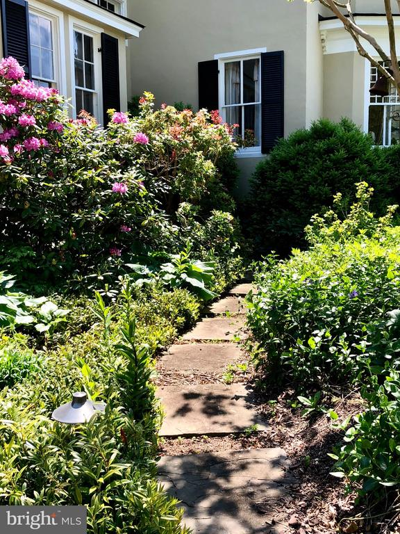 Stepping stones to private gardens - 38025 JOHN MOSBY HWY, MIDDLEBURG