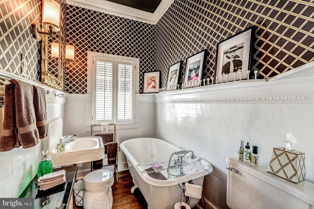 Third second floor bathroom - 38025 JOHN MOSBY HWY, MIDDLEBURG