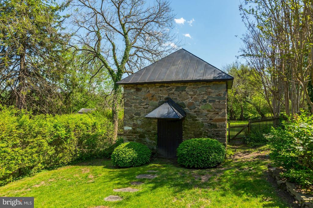 Vintage Stone outbuilding. - 38025 JOHN MOSBY HWY, MIDDLEBURG