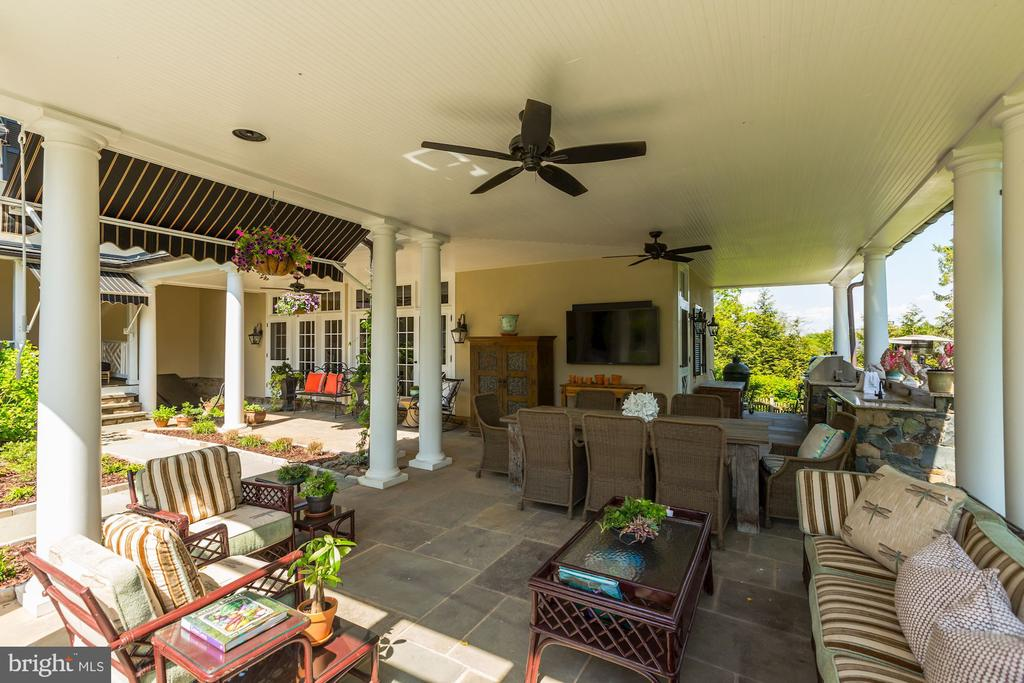 Covered seating & dining w/ ceiling fan - 38025 JOHN MOSBY HWY, MIDDLEBURG