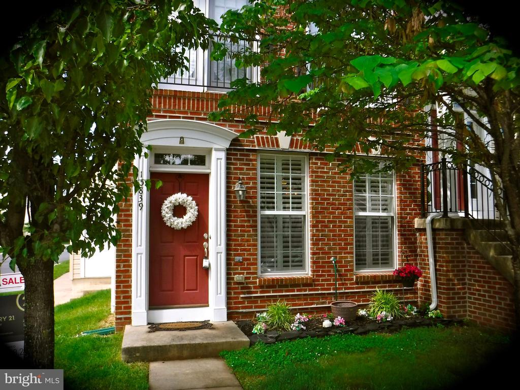 Inviting end unit townhouse, lots of natural light - 15839 JOHN DISKIN CIR #72, WOODBRIDGE