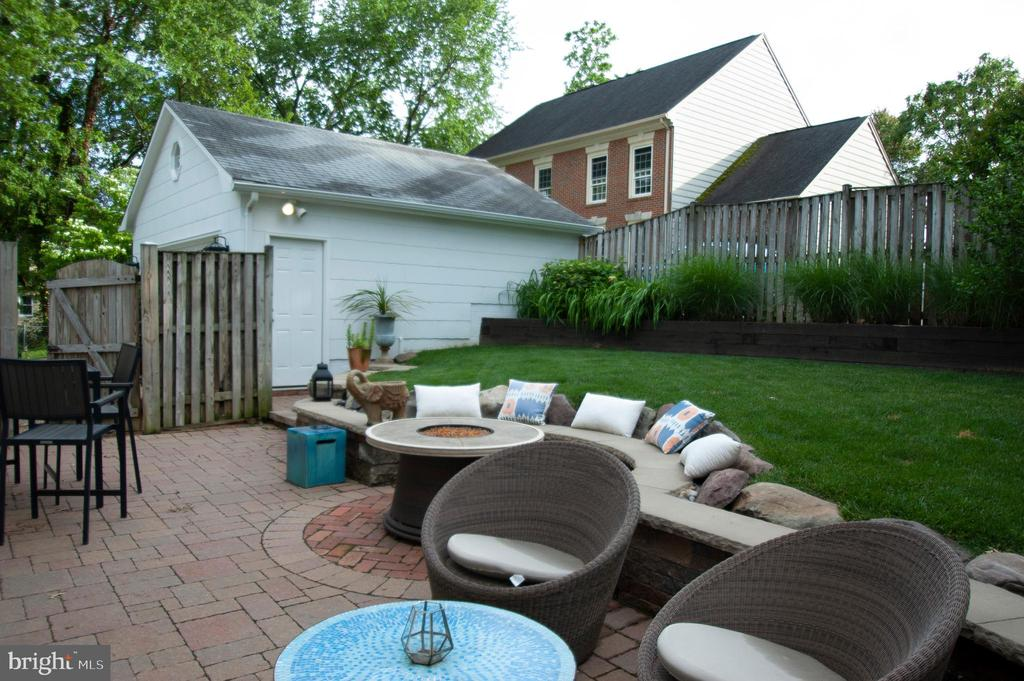 Just waiting for your 6 foot BBQs! - 900 N FREDERICK ST, ARLINGTON
