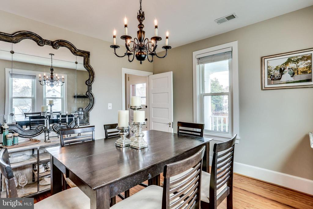 Sunny dining room flows btw kitchen and LR - 900 N FREDERICK ST, ARLINGTON