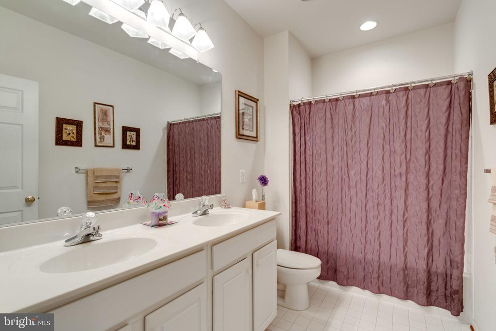 Second level hall bath with double sinks! - 15672 ALTOMARE TRACE WAY, WOODBRIDGE