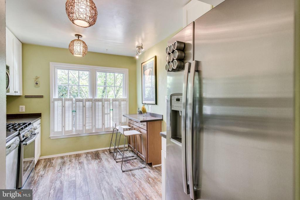 Updated kitchen with stainless steel appliances - 5508 KENDRICK LN, BURKE
