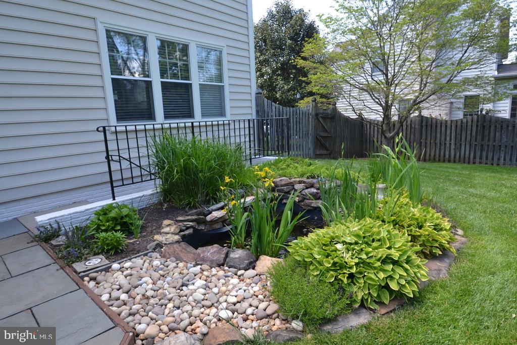 Pond with waterfall next to walkout basement steps - 4811 WALNEY KNOLL CT, CHANTILLY