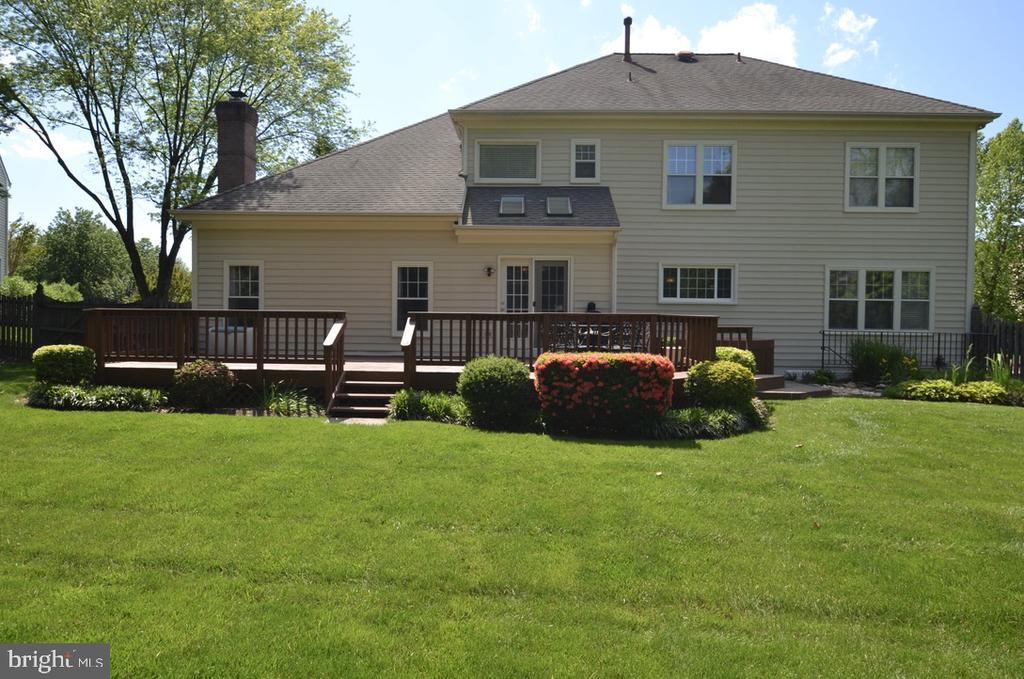 Expansive yard with beautiful deck - 4811 WALNEY KNOLL CT, CHANTILLY