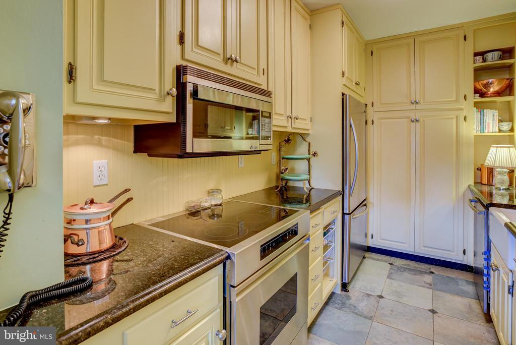 Kitchen with lots of storage - 3900 NW WATSON PL NW #A-7C, WASHINGTON