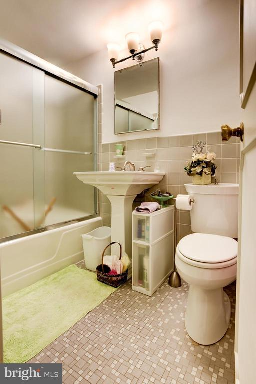 Second bath in guest bedroom. - 3900 NW WATSON PL NW #A-7C, WASHINGTON
