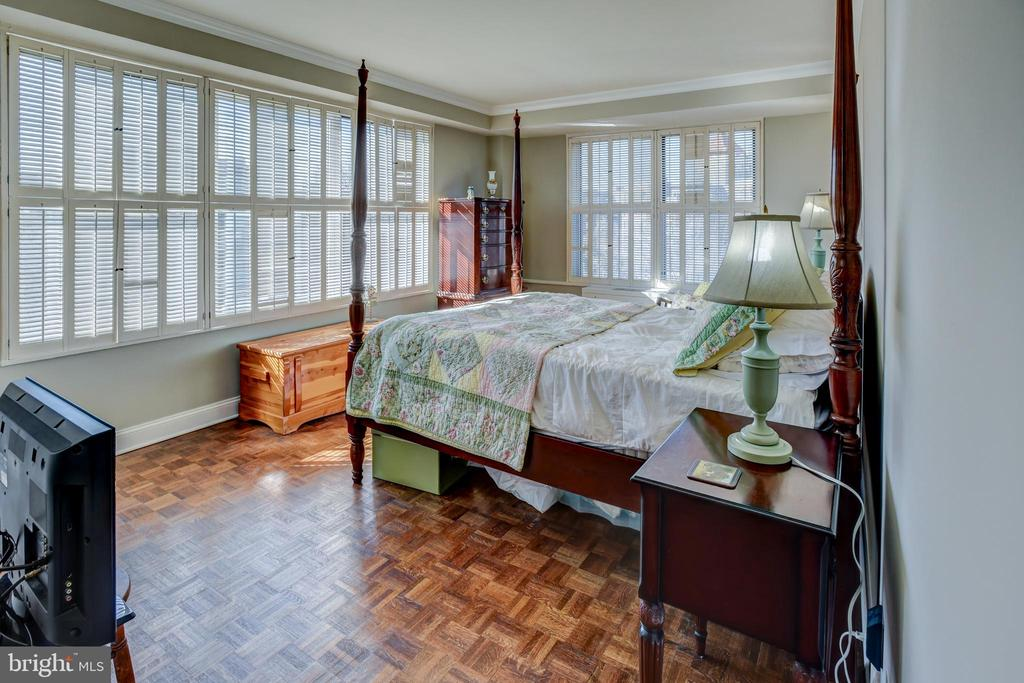 Main bedroom with two walls of windows - 3900 NW WATSON PL NW #A-7C, WASHINGTON