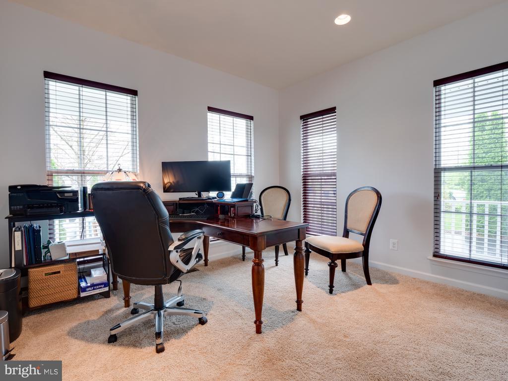 Main level Bedroom or Office w/ full bth - 42610 CALLALILY WAY, BRAMBLETON