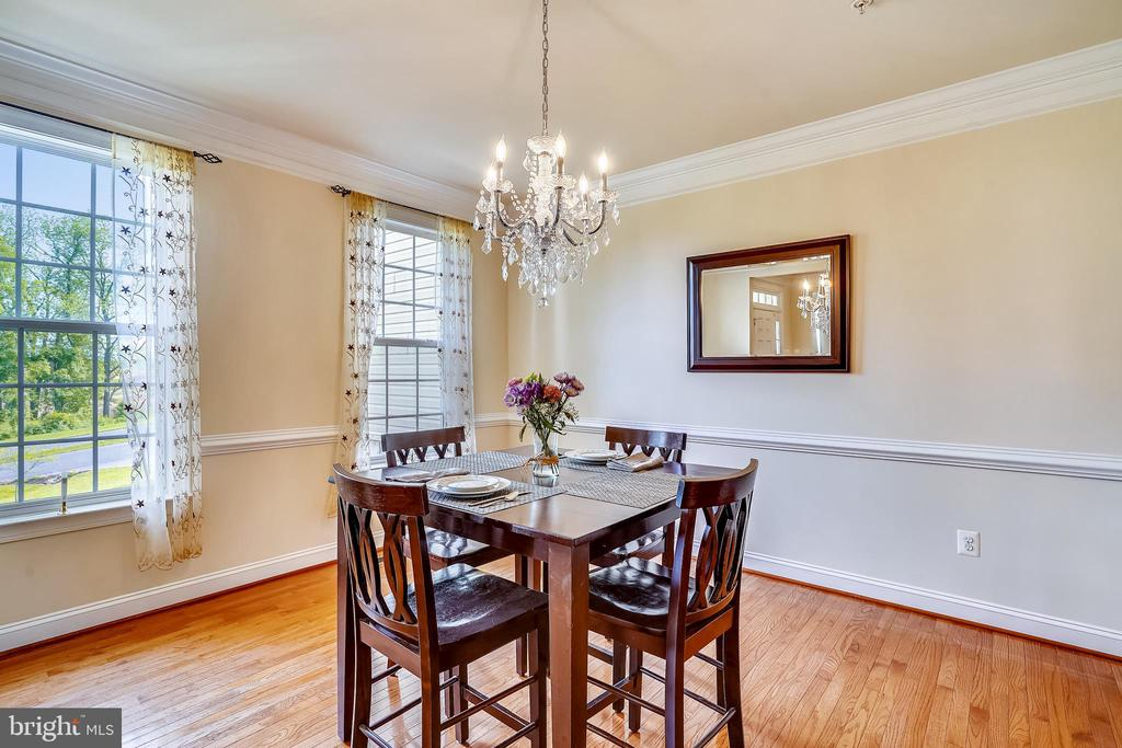Separate dining room w/crown molding + chair rail - 5262 MAITLAND TER, FREDERICK