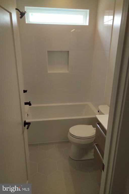 Upstairs Hall Bath - 2118 N CAMERON ST, ARLINGTON