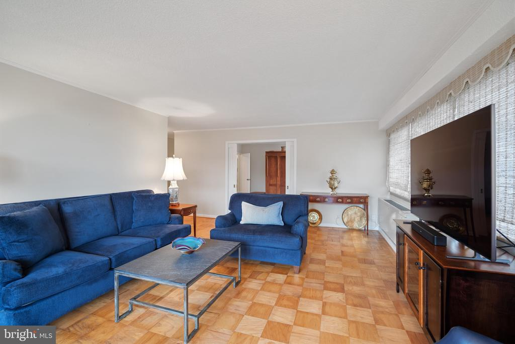 Plenty of space for large furniture and big screen - 5500 FRIENDSHIP BLVD #1616N, CHEVY CHASE