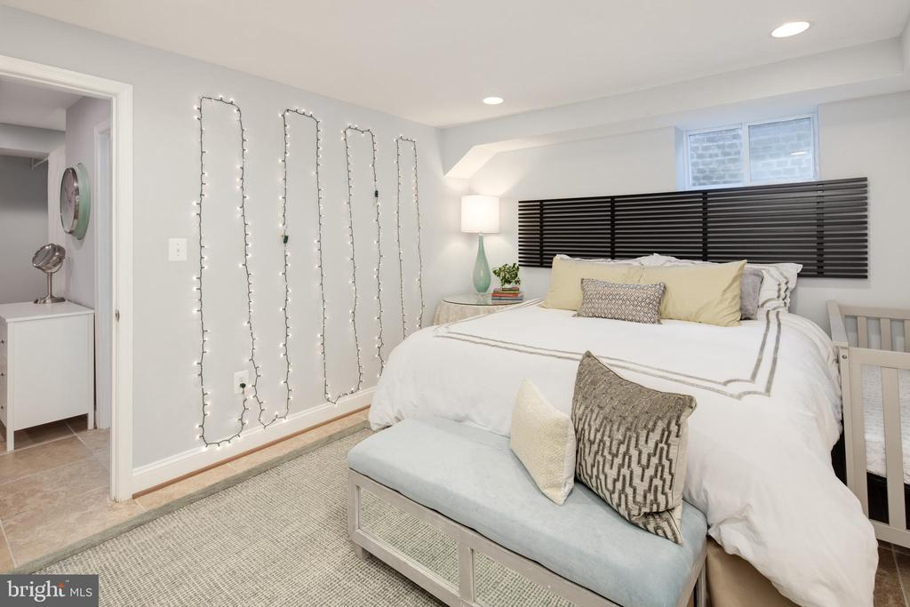 Guest Room - 10106 WINDY KNOLL LN, VIENNA
