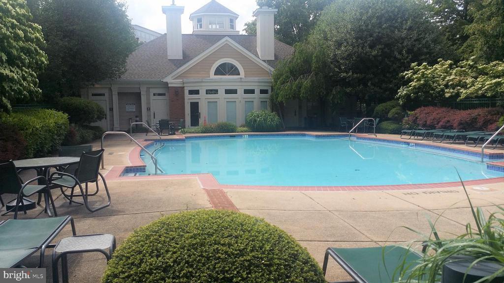 Peaceful secure gated pool and sundeck - 12913 ALTON SQ #309, HERNDON