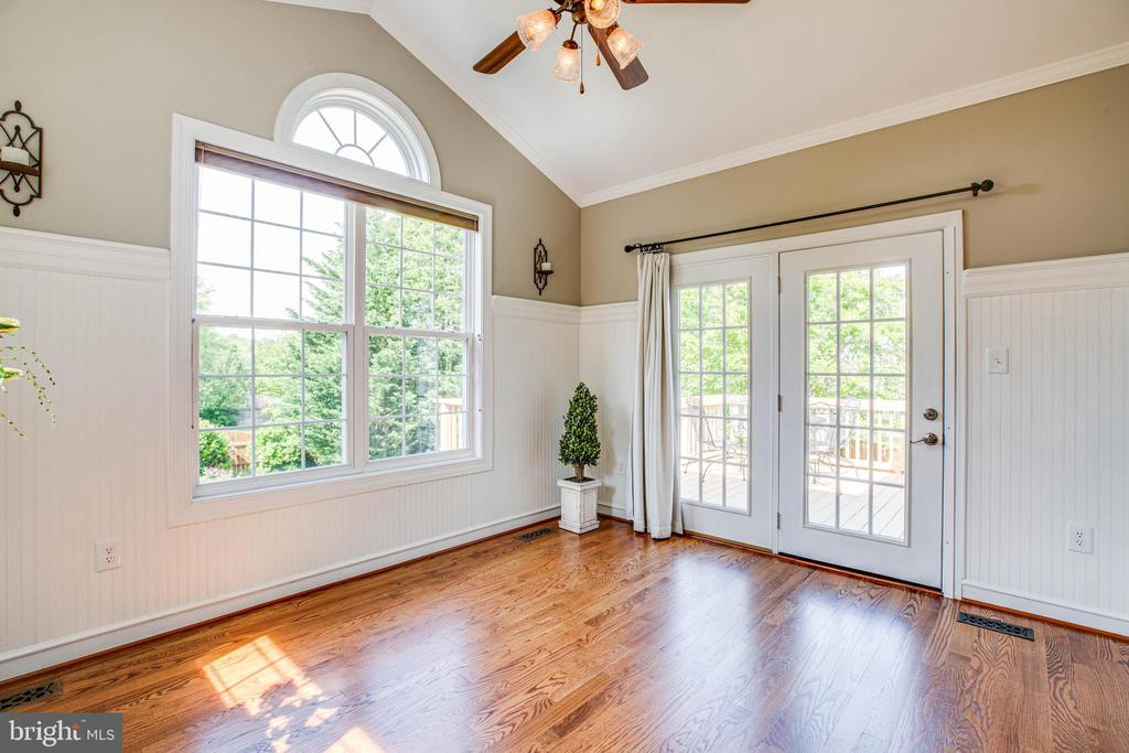 Sunroom with vaulted ceilings & crown molding - 3 MOUNT ARARAT LN, STAFFORD