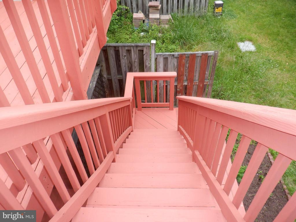 Deck steps to lower deck and yard - 43955 CHOPTANK TER, ASHBURN