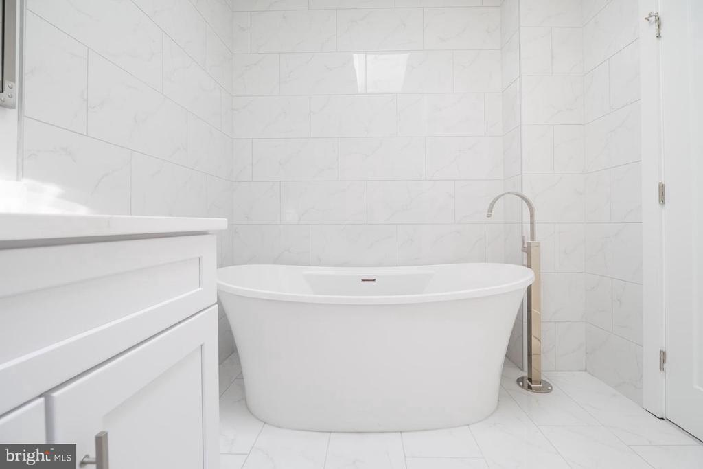 Penthouse Unit Master Bath - 1640 19TH ST NW, WASHINGTON
