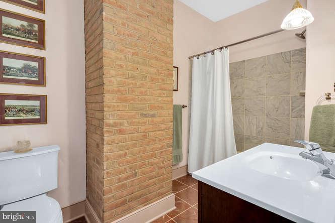 Jack and Jill bathroom on second floor - 23158 CANNON RIDGE LN, MIDDLEBURG