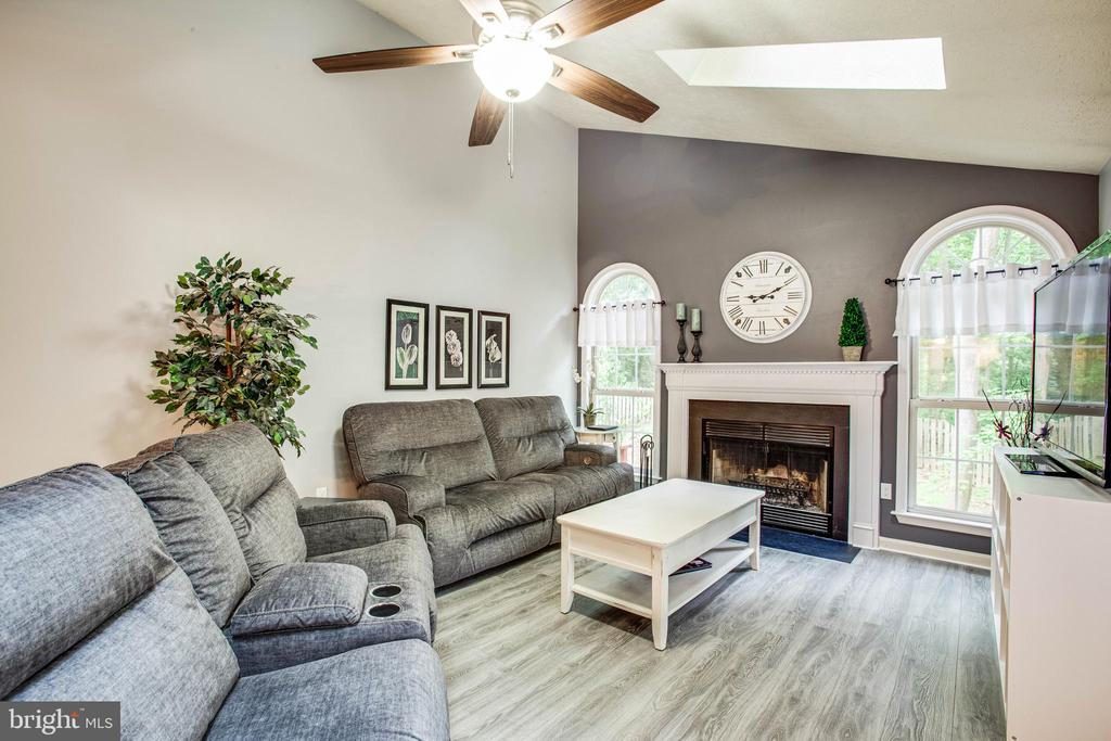Vaulted ceiling and skylights in family room - 3408 TITANIC DR, STAFFORD