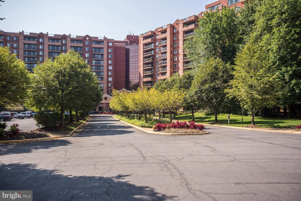 Welcome to 2230 George C Marshall Drive! - 2230 GEORGE C MARSHALL DR #827, FALLS CHURCH