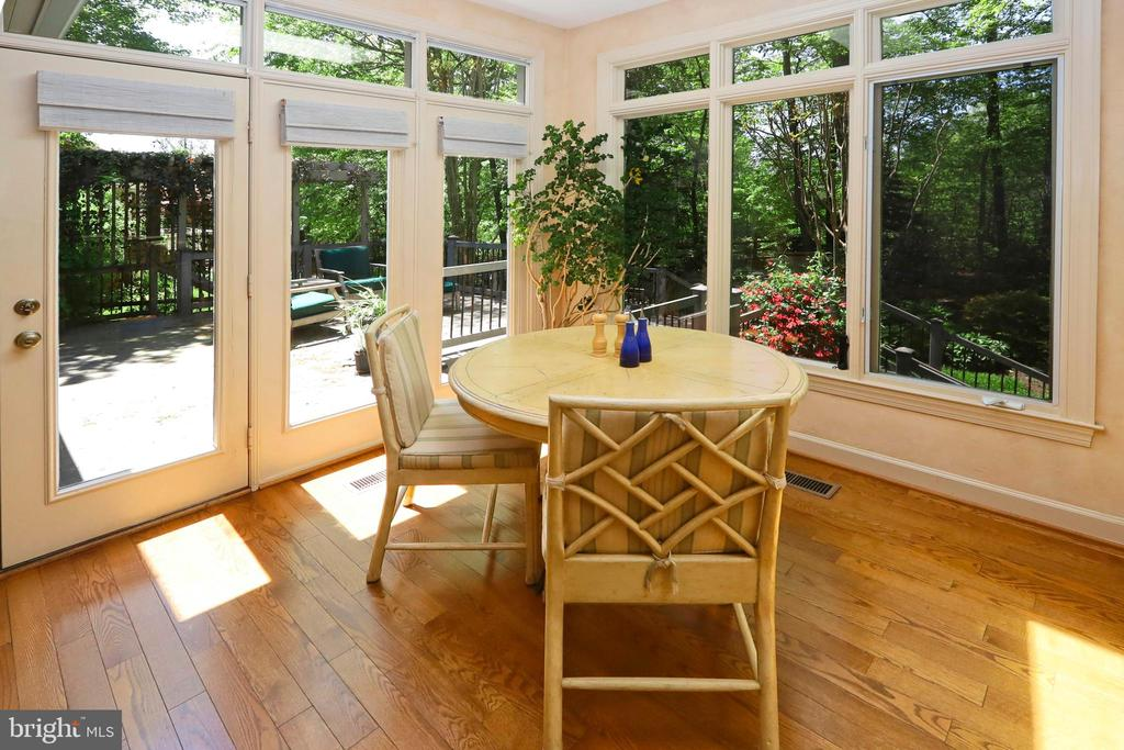 Morning room offers great views and deck access - 11331 BRIGHT POND LN, RESTON