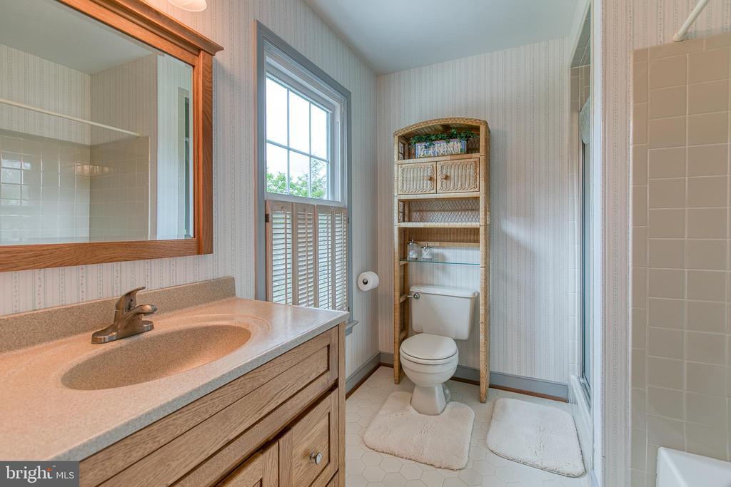 Extra vanity in master bath, sep tub and shower. - 14 STEEPLECHASE RD, FREDERICKSBURG