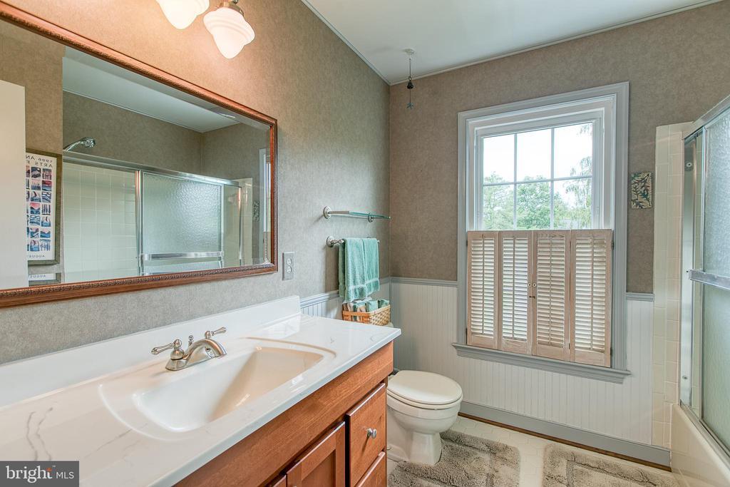 Hall bath with large vanity and window. - 14 STEEPLECHASE RD, FREDERICKSBURG