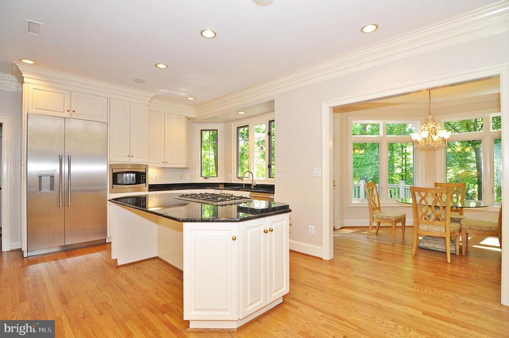 Gourmet kitchen - new appliances - 2993 WESTHURST LN, OAKTON
