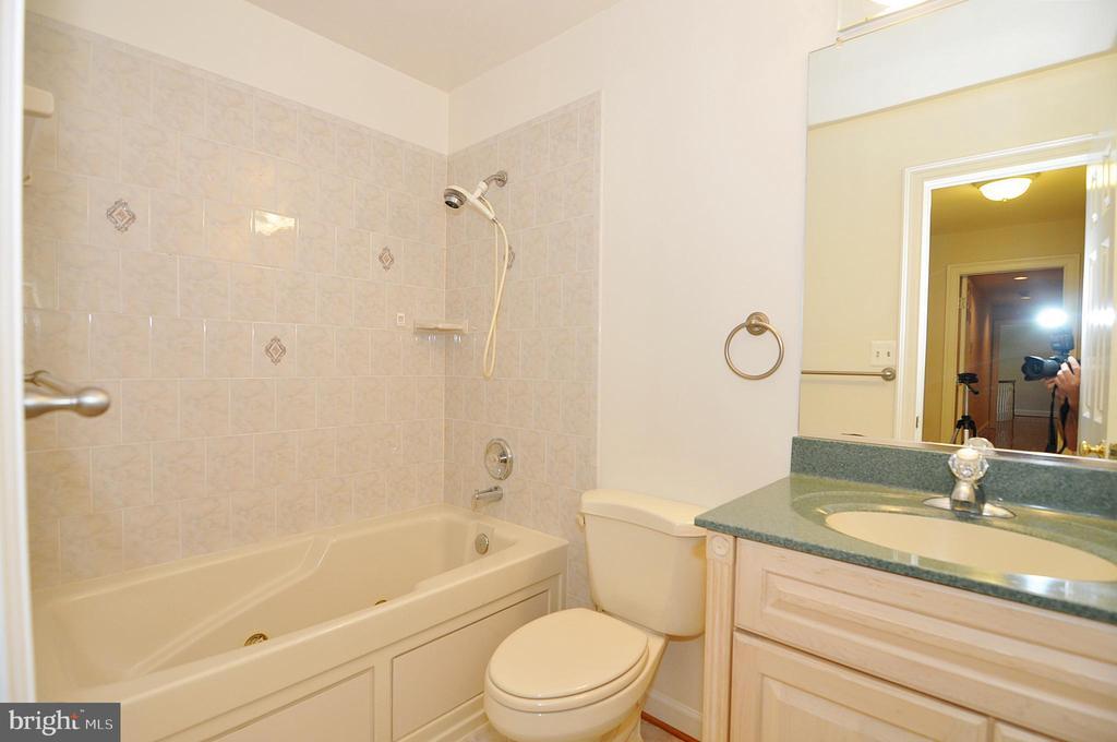 Au Pair Suite:  Full Bath 4 - 2993 WESTHURST LN, OAKTON