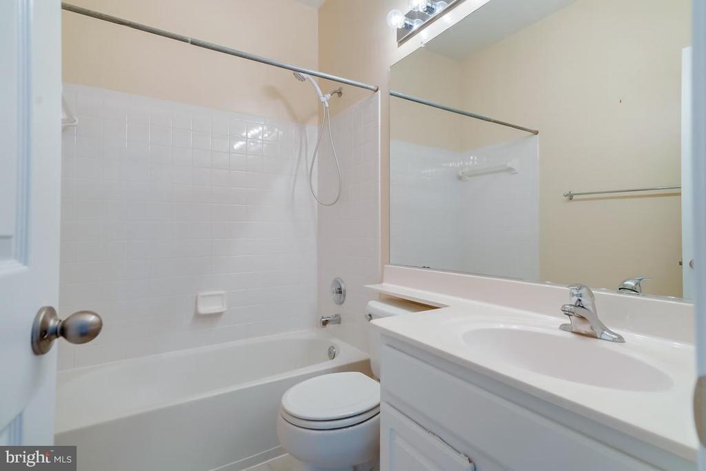 Upper Level Hall Full Bathroom! - 5266 BALLYCASTLE CIR, ALEXANDRIA
