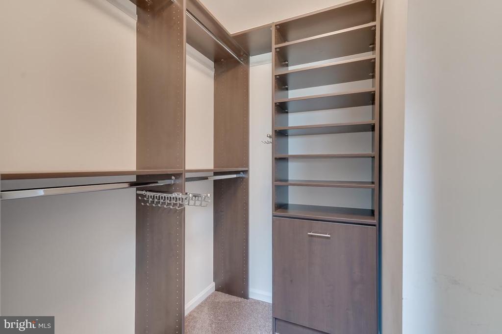 Custom Closets! Even more space behind door! - 5266 BALLYCASTLE CIR, ALEXANDRIA